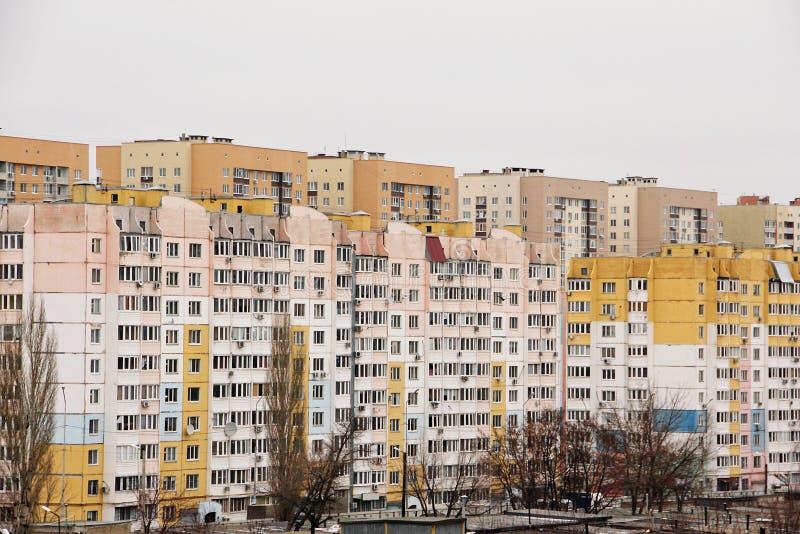 El área residencial consiste en edificios de varios pisos imagen de archivo