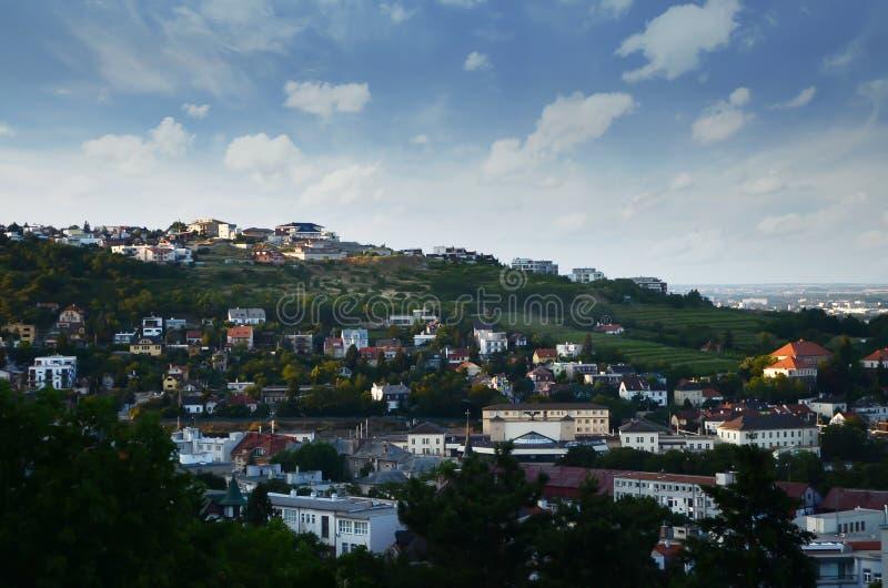 El área residencial en la opinión sobre un día soleado, opinión superior de Eslovaquia, visión aérea, horizonte del panorama de B fotos de archivo