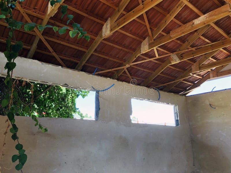 El ático privado abandonado de la casa dentro de la visión imágenes de archivo libres de regalías