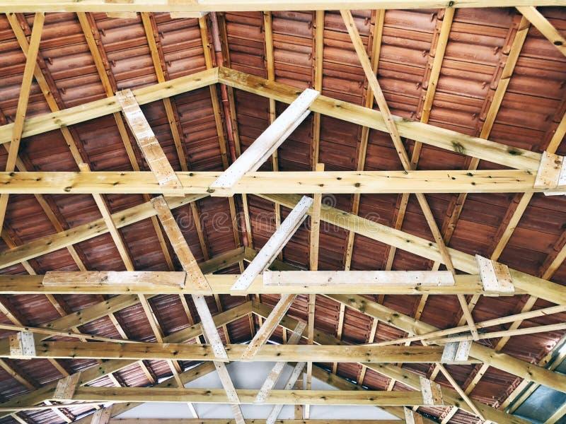 El ático privado abandonado de la casa dentro de la visión foto de archivo