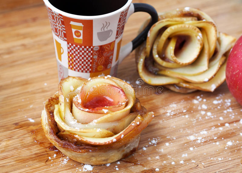"""El †de la cocina casera """"rosa-formó tartas de la manzana imágenes de archivo libres de regalías"""