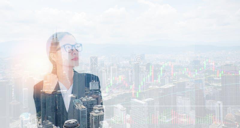 El éxito de la mujer de negocios en traje y las lentes/las mujeres asiáticas de la exposición doble siluetean efectos luminosos c imagenes de archivo