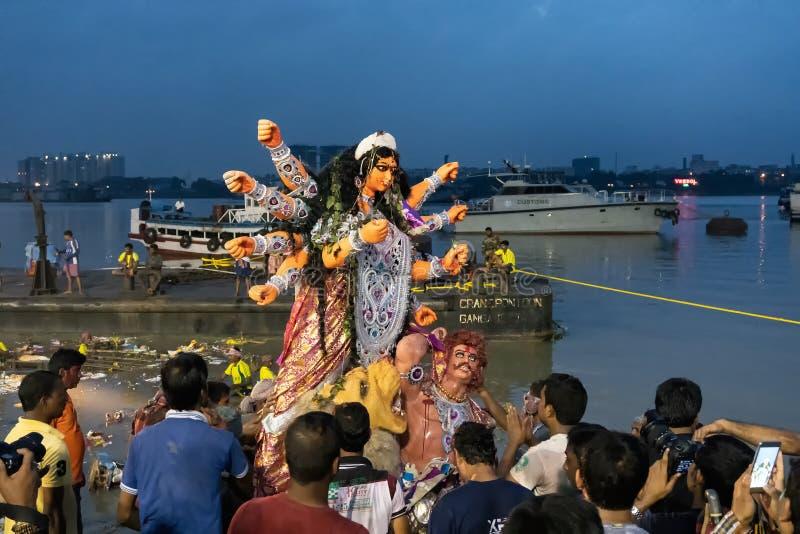 El ídolo de Durga de la diosa se está llevando al río el Ganges - bisorjon imagen de archivo