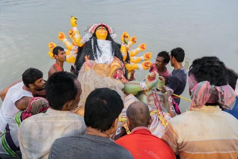 El ídolo de Durga de la diosa se está llevando al río el Ganges - bisorjon imagen de archivo libre de regalías