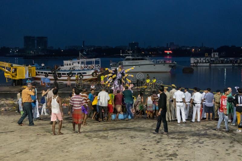 El ídolo de Durga de la diosa se está llevando al río el Ganges - bisorjon foto de archivo libre de regalías