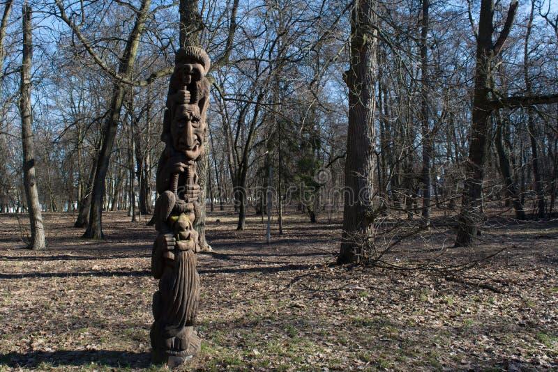 El ídolo de los diablos talló de árbol en el bosque foto de archivo libre de regalías