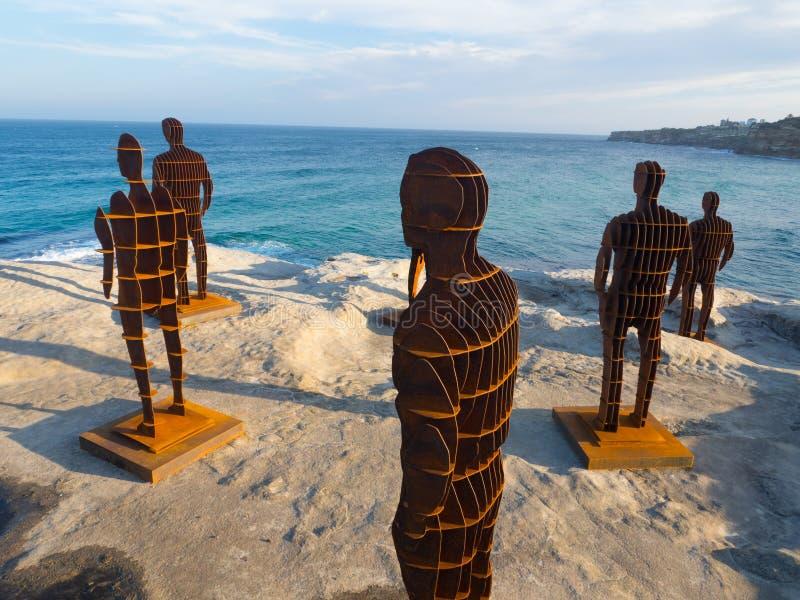 El 'desplazamiento de los horizontes es un pino escultural de las ilustraciones en abril en la escultura por los acontecimientos  foto de archivo libre de regalías