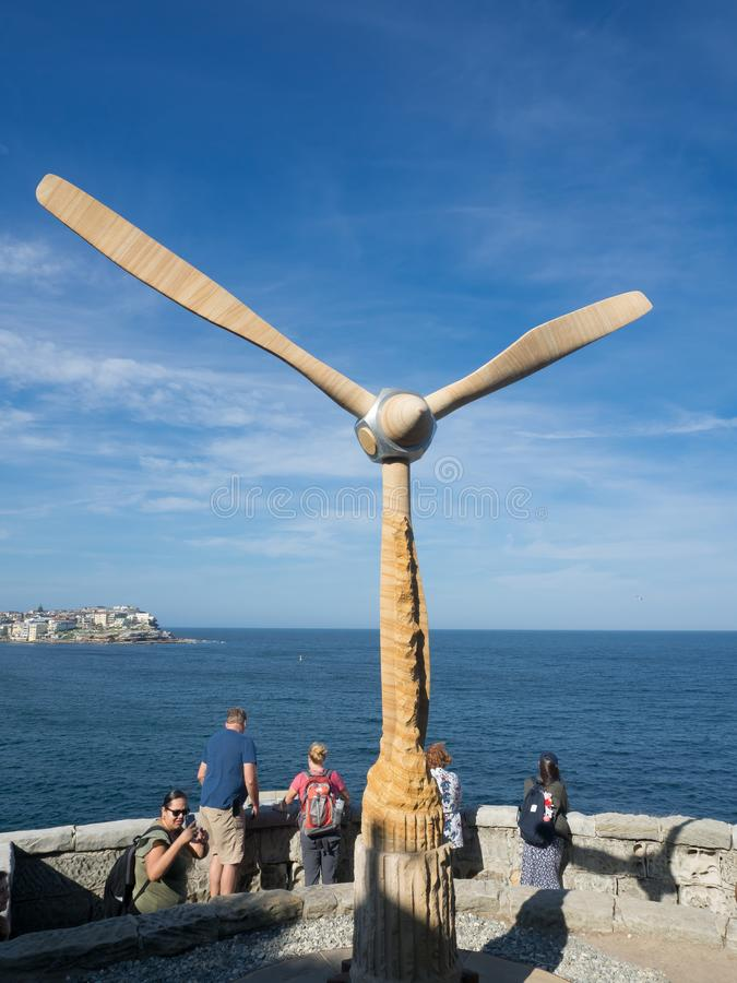 El 'giro lentamente 'es ilustraciones esculturales de Michael Purdy en la escultura por los acontecimientos anuales del mar libre imagenes de archivo