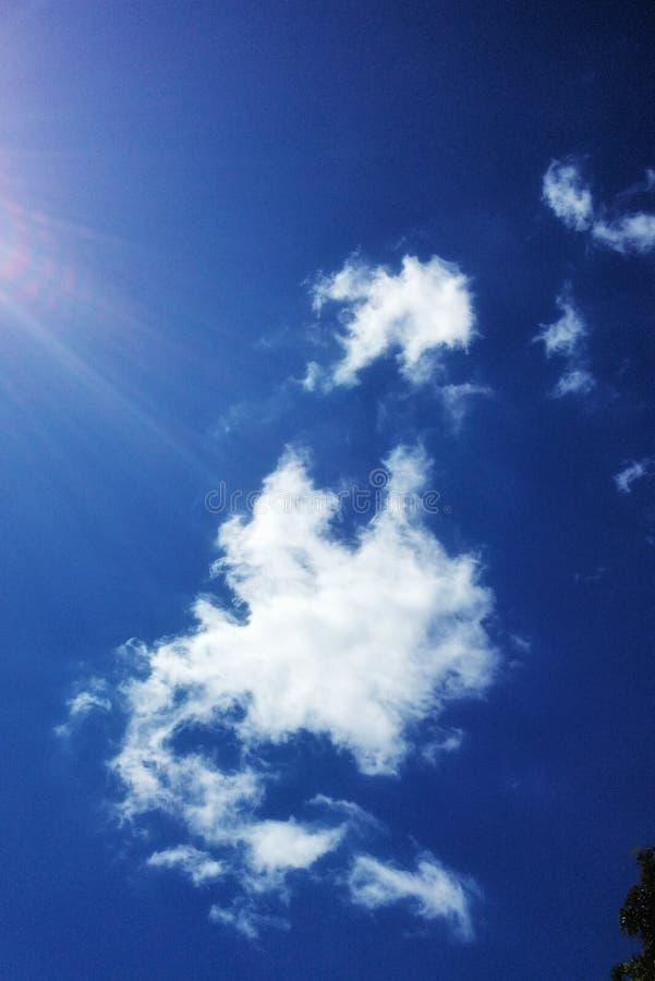 el ‹del cloud†y el ‹del with†del cielo del ‹del blue†asolean ‹del ray†imagen de archivo libre de regalías