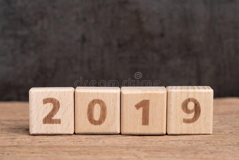 El año 2019 comienza los BU de madera del bloque del concepto, simple y mínimo del cubo fotografía de archivo