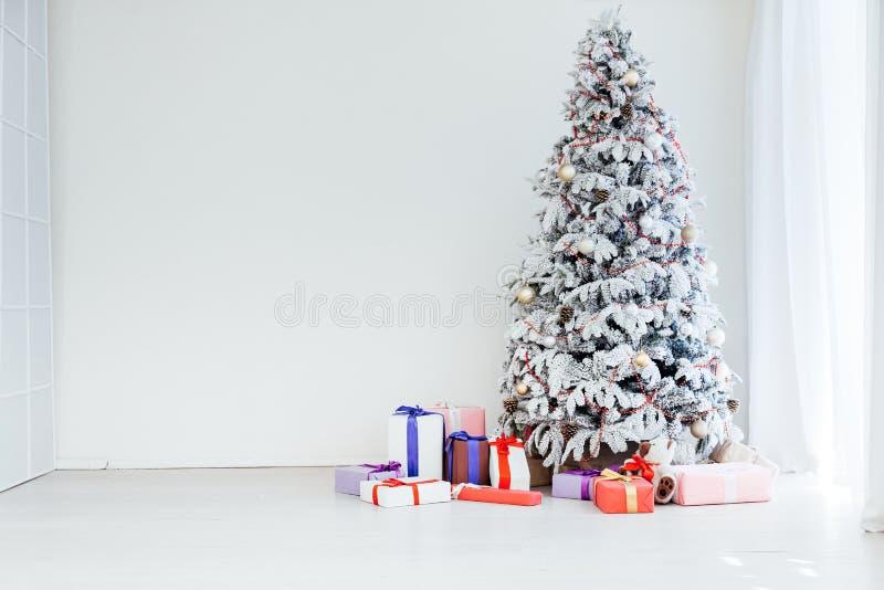 El Año Nuevo del árbol de navidad blanco presenta día de fiesta imagen de archivo