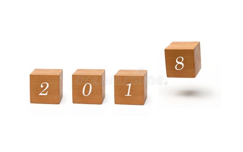 El Año Nuevo 2018 es - la Feliz Año Nuevo 2018 - floa de madera del cubo que viene imagenes de archivo