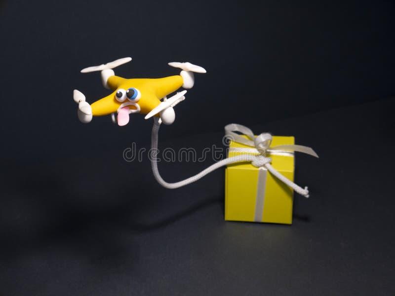 El abejón cerca para arriba del quadrocopter con el paquete cansado foto de archivo libre de regalías