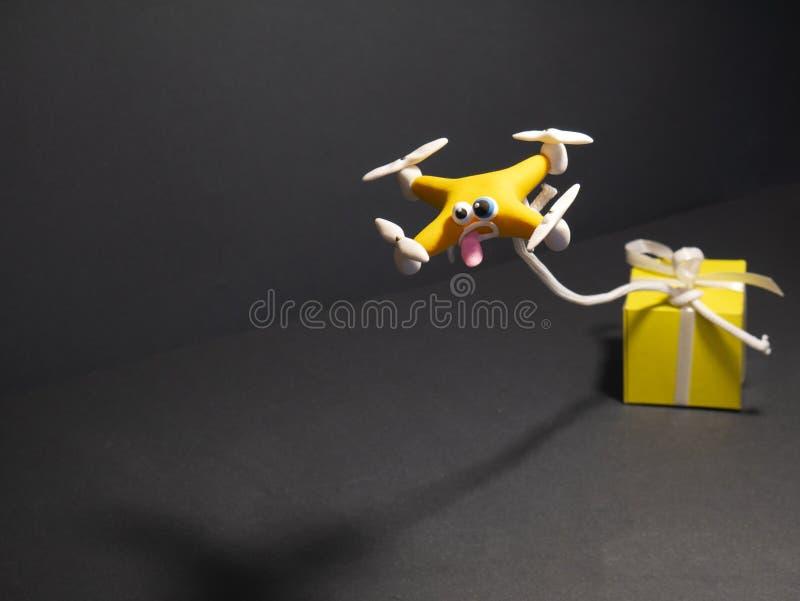 El abejón cerca para arriba del quadrocopter con el paquete cansado fotografía de archivo libre de regalías