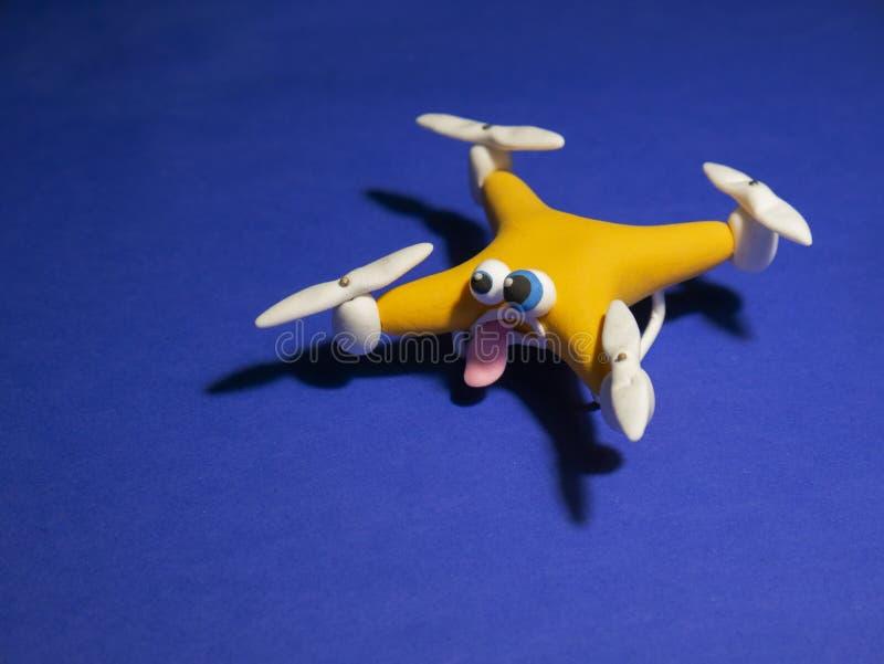El abejón cerca para arriba del quadrocopter con el paquete cansado imagen de archivo libre de regalías