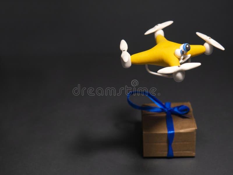 El abejón cerca para arriba del quadrocopter con el paquete cansado fotos de archivo libres de regalías