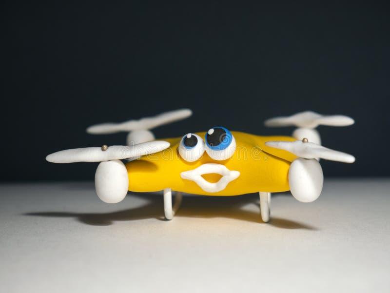 El abejón cerca para arriba del quadrocopter con el paquete cansado fotos de archivo