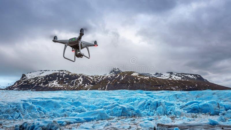 El abejón con una cámara está volando en el iceberg fotos de archivo libres de regalías