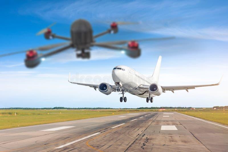 El abejón de Quadcopter acobardó el sistema de aviones UAV en el aire demasiado cercano al aeroplano del pasajero Avión en foco s foto de archivo libre de regalías