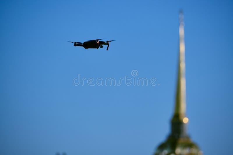 El abejón vuela sobre el centro de ciudad en el fondo de las vistas de St Petersburg Fotograf?as y el grabar fotos de archivo