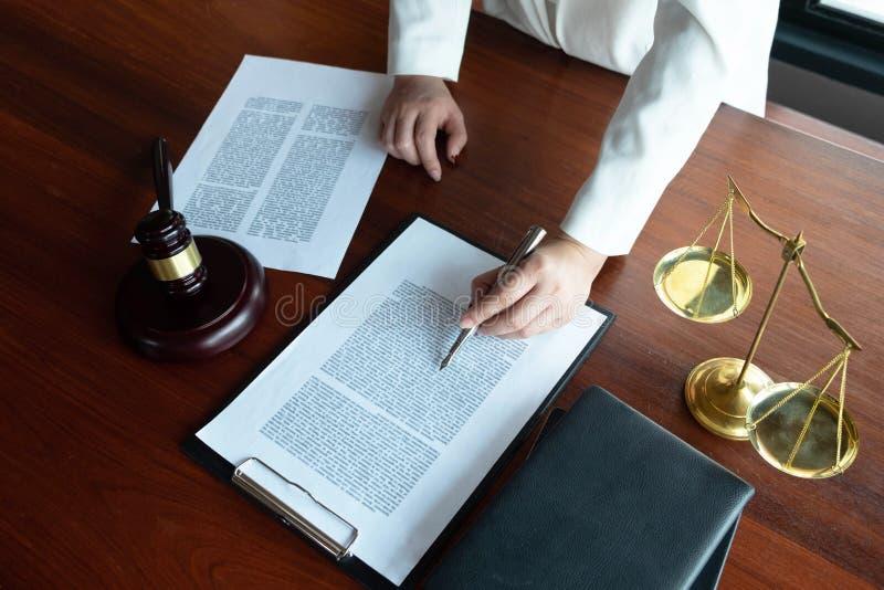 El abogado asesora, consejo, ofertas legales Examen de documentos jur?dicos fotos de archivo libres de regalías