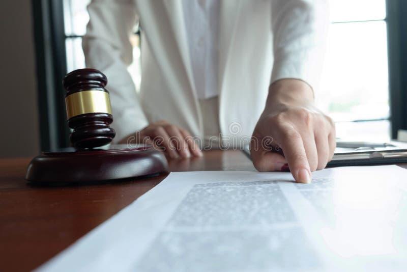 El abogado asesora, consejo, ofertas legales Examen de documentos jur?dicos fotografía de archivo