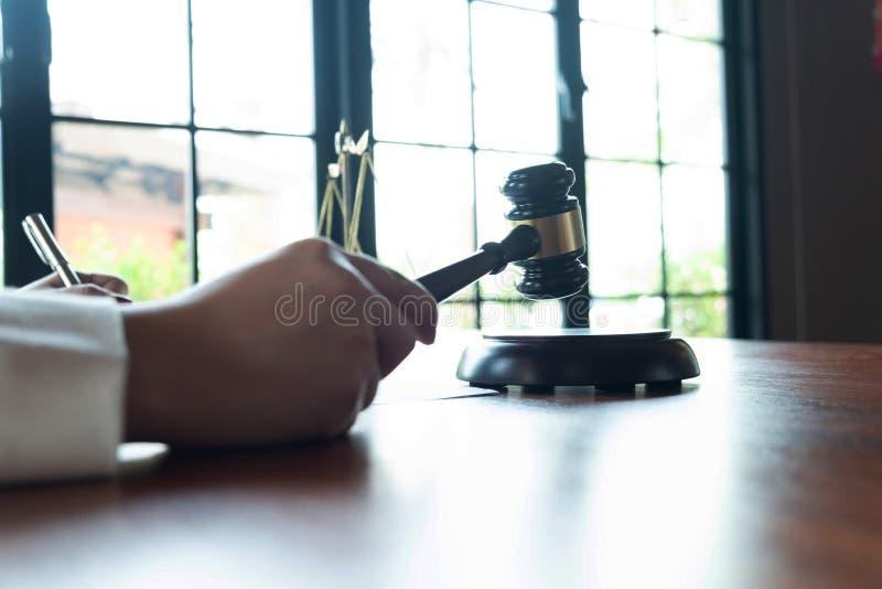 El abogado asesora, consejo, ofertas legales Examen de documentos jur?dicos imagenes de archivo