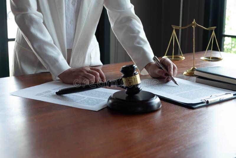 El abogado asesora, consejo, ofertas legales Examen de documentos jur?dicos foto de archivo