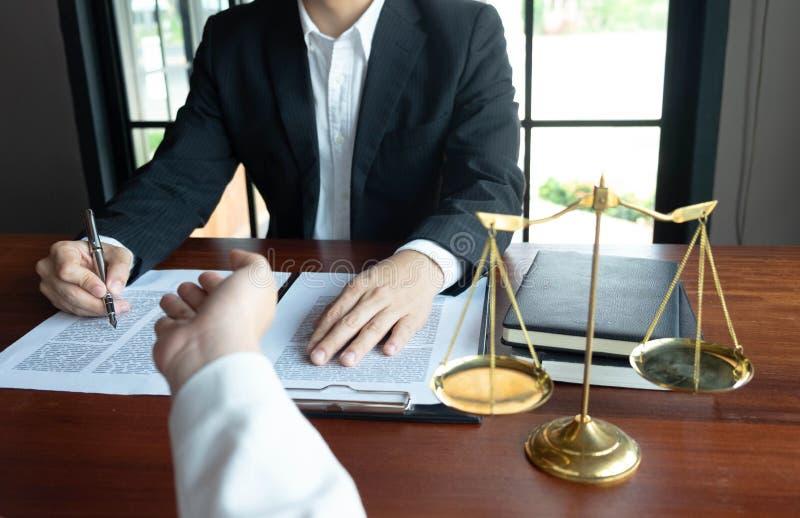 El abogado asesora, consejo, ofertas legales Examen de documentos jur?dicos fotografía de archivo libre de regalías