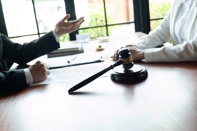 El abogado asesora, consejo, ofertas legales Examen de documentos jur?dicos imágenes de archivo libres de regalías