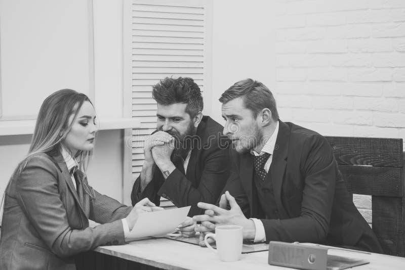 El abogado de la mujer explica términos de la transacción Concepto de las negociaciones del negocio Socios comerciales, hombres d imágenes de archivo libres de regalías