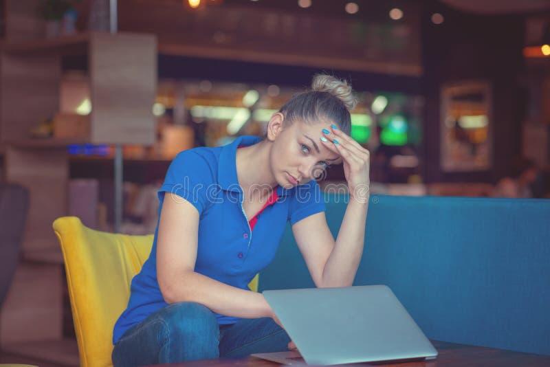 El abogado lindo joven chocado y frustrado está mirando la pantalla de su ordenador portátil Mán humor fotografía de archivo libre de regalías