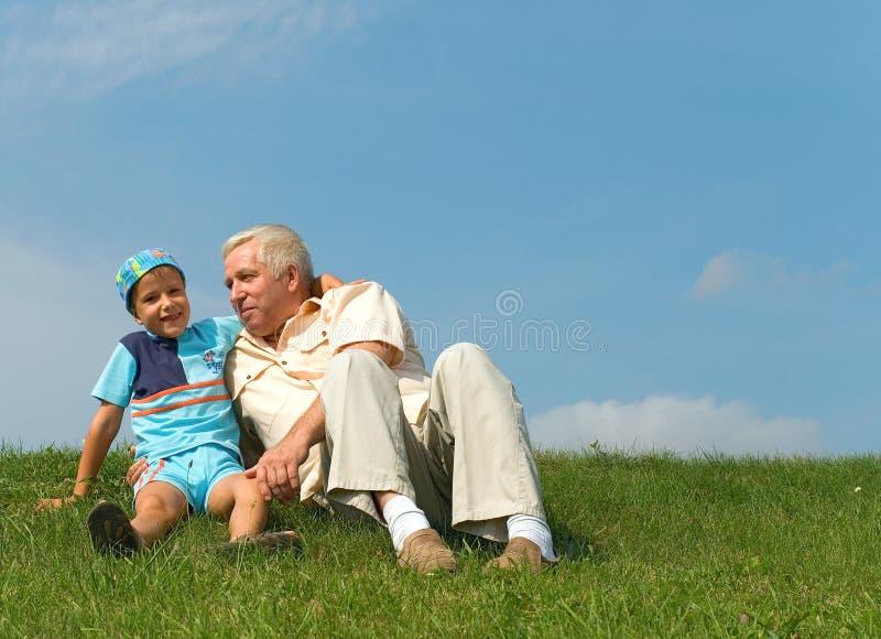 El abuelo y el nieto fotografía de archivo