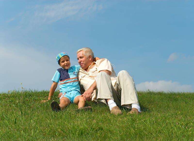 El abuelo y el nieto imágenes de archivo libres de regalías