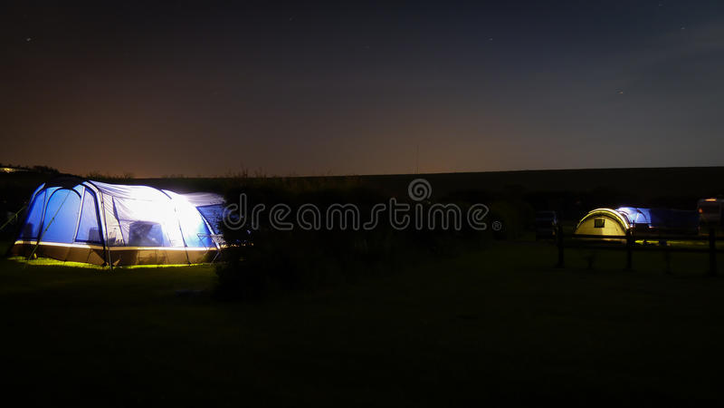 El acampar bajo las estrellas imagen de archivo