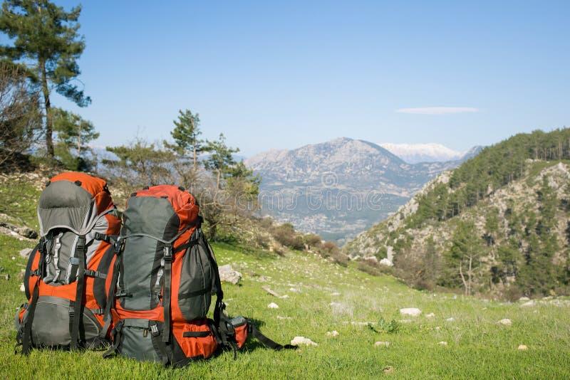 El acampar con las mochilas en las montañas imagen de archivo
