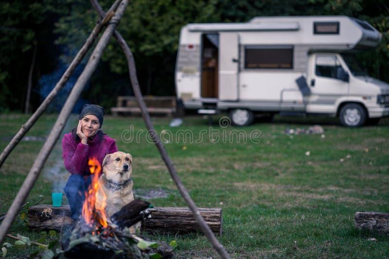 El acampar de la mujer y del perro imagenes de archivo