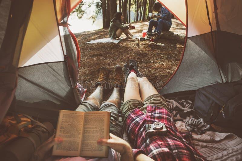 El acampar de los amigos relaja concepto del fin de semana de las vacaciones imagen de archivo libre de regalías