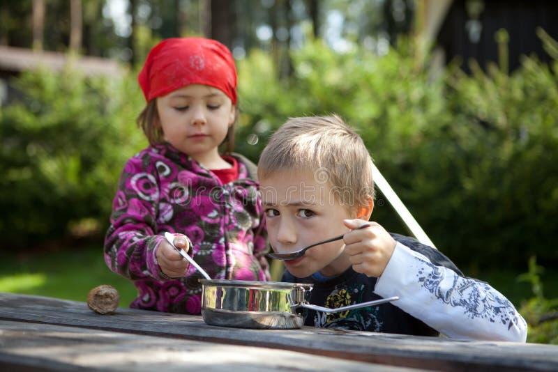 El acampar de los niños fotografía de archivo libre de regalías
