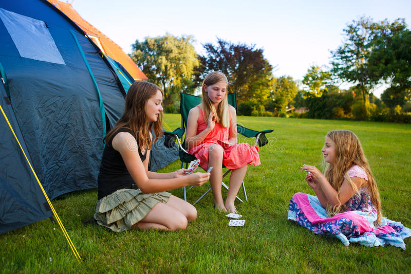 El acampar de tres muchachas fotografía de archivo