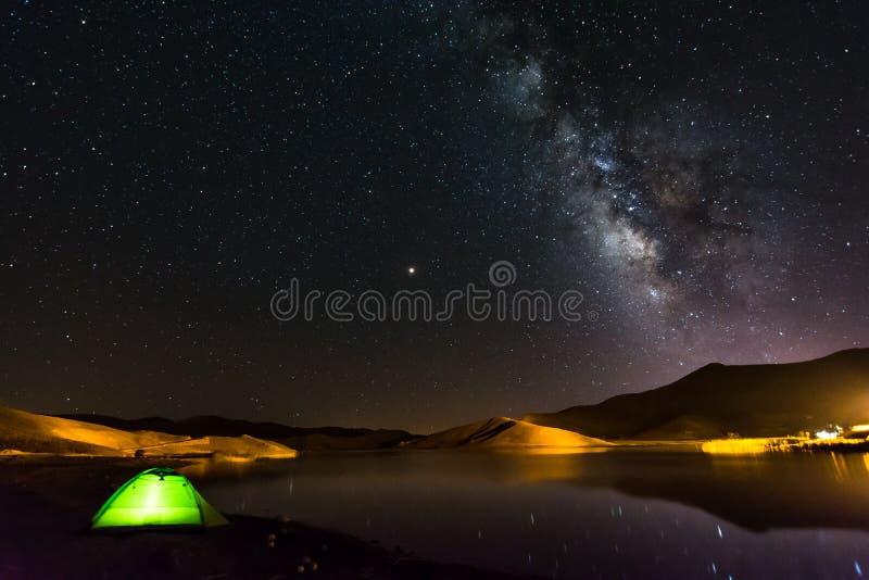 El acampar debajo de las estrellas foto de archivo libre de regalías
