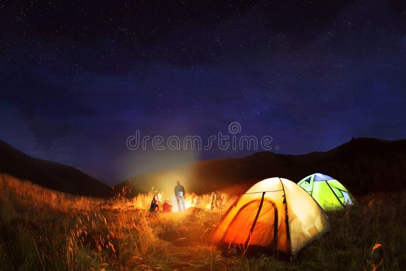 El acampar debajo de las estrellas en la noche imagenes de archivo