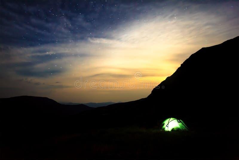 El acampar debajo de las estrellas en montañas imagen de archivo libre de regalías