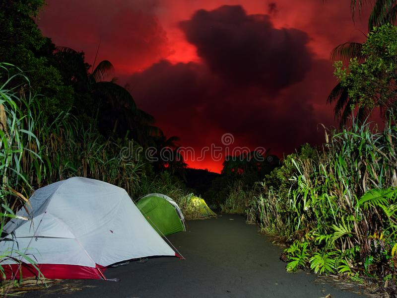 El acampar debajo del cielo rojo imagen de archivo