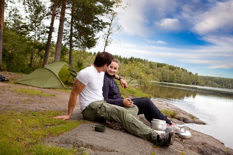 El acampar del hombre y de la mujer foto de archivo