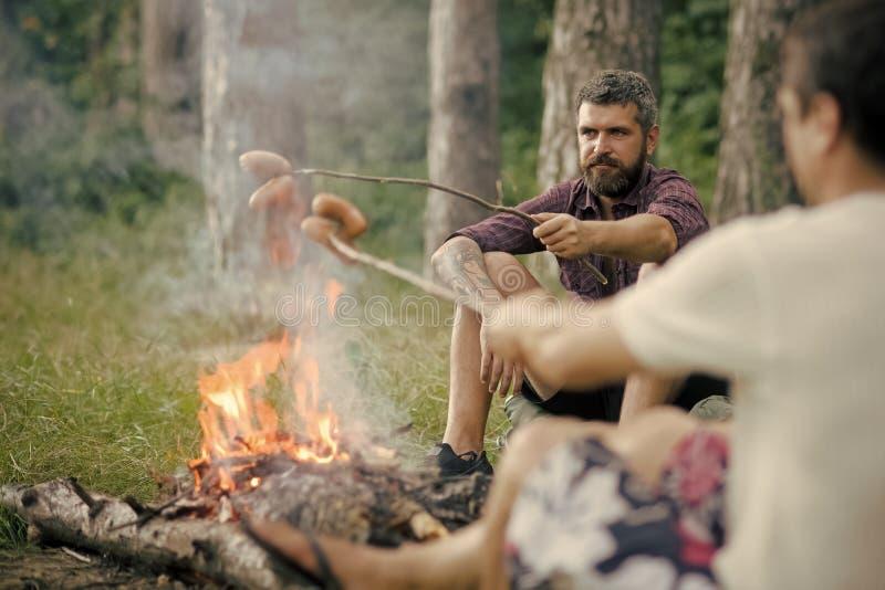 El acampar del verano, caminando, vacaciones Comida campestre, barbacoa, cocinando concepto de la comida imagen de archivo libre de regalías