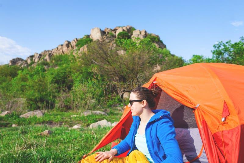 El acampar en el bosque foto de archivo libre de regalías