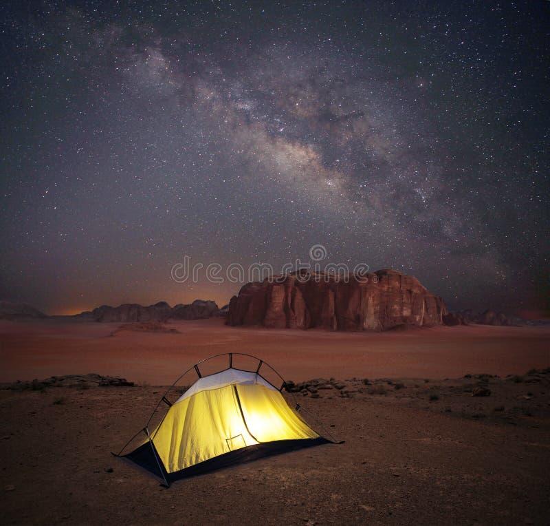 El acampar en desierto fotos de archivo