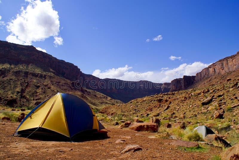 El acampar en desierto fotografía de archivo