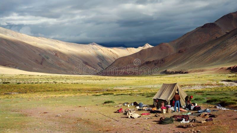 El acampar en el Himalaya fotos de archivo libres de regalías